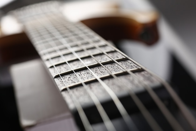 Guitarra eléctrica de madera de forma clásica con mástil de palo de rosa