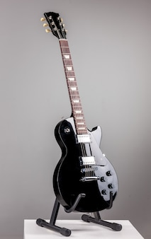 Guitarra eléctrica sobre fondo gris