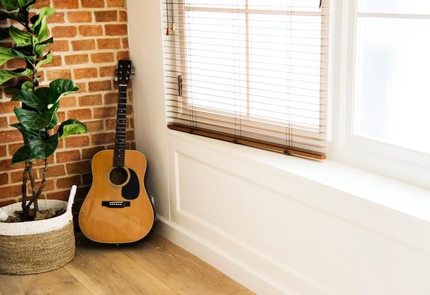 Guitarra y macetero en la sala de estar