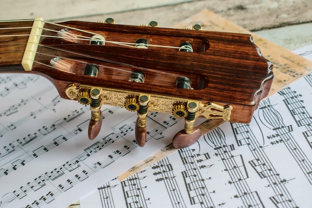 Guitarra y partitura, guitarra y notas musicales
