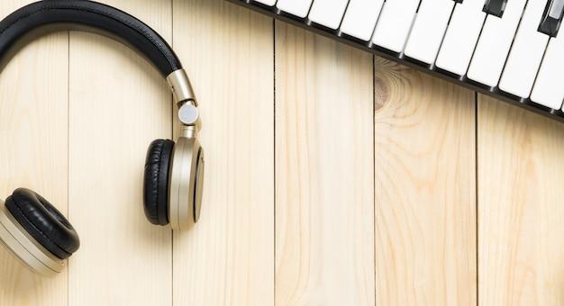 Guitarra y piano en madera con espacio de copia