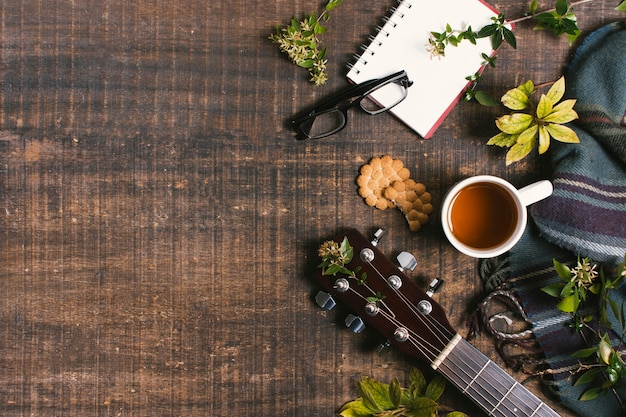 Guitarra plana junto al arreglo de picnic con espacio de copia