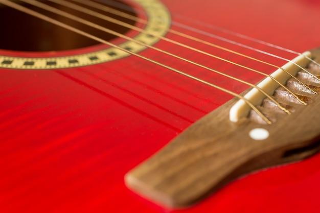 Guitarra roja con corazones, notas de amor en cuerdas