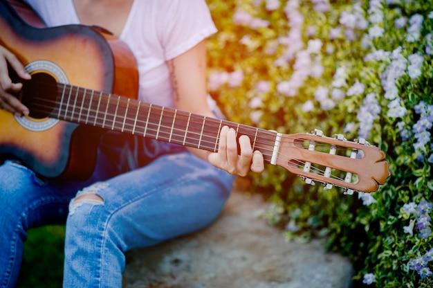 Guitarristas clásicos y músicos tocando alegremente. conceptos musicales