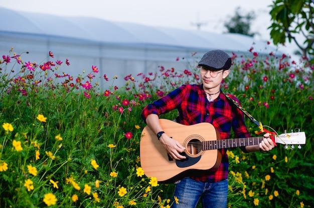Los guitarristas tocan la guitarra con alegría. conceptos musicales