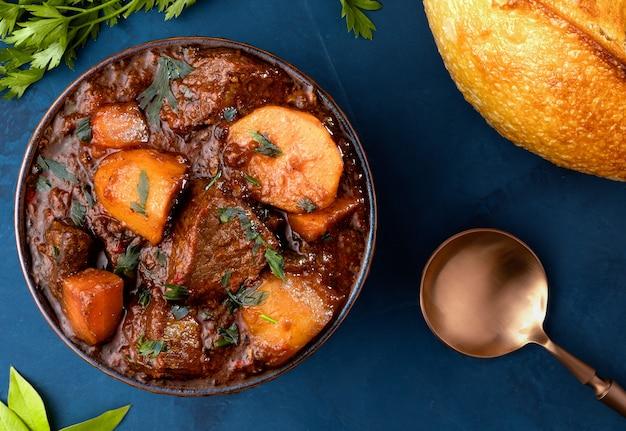 Gulash: estofado de carne tradicional húngaro con patatas, zanahorias y carne