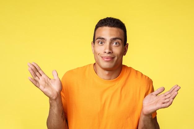 Guy se disculpa con las manos extendidas de lado