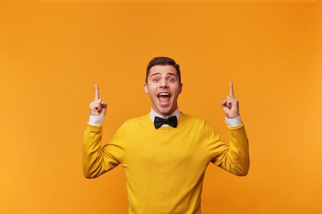 Guy se ofrece a prestar atención a la excelente mejor oferta muestra su dedo índice hacia arriba