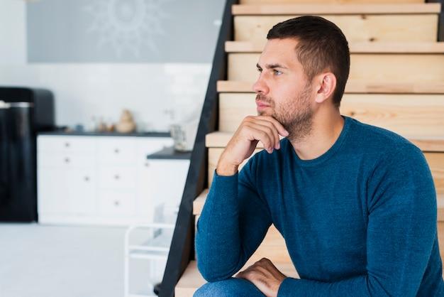 Guy pensando y mirando a otro lado