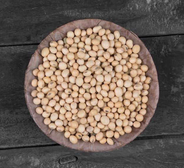 Haba de soja seca sobre fondo de madera