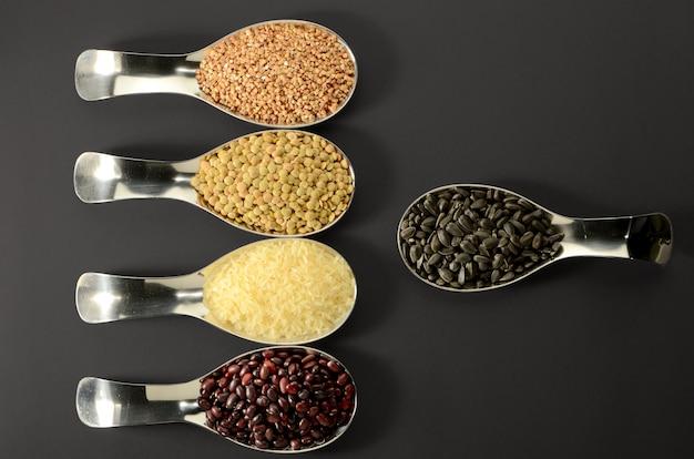 Habas arroz almohada semillas lentes en cuchara negra