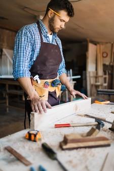 Hábil carpintero envuelto en el trabajo