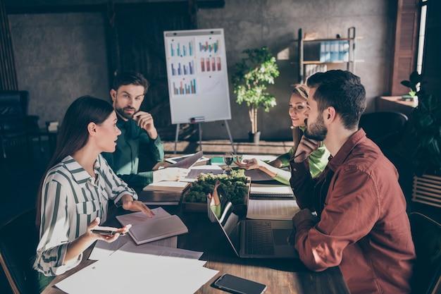 Hábil, inteligente, inteligente, empresarios, especialistas, tiburones, expertos, propietarios de empresas, ceo, jefe, jefe, reunión, hablar, sobre, progreso