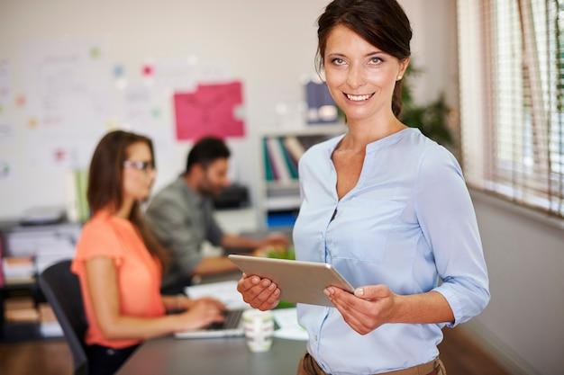 La habilidad de gestión de personas es necesaria en la corporación.