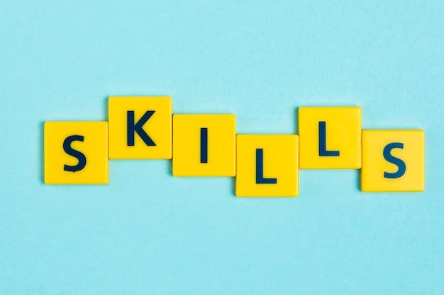 Habilidades de la palabra en azulejos scrabble