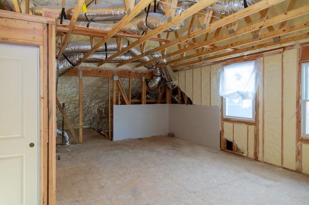 Una habitación en una casa de nueva construcción rociada con espuma aislante líquida