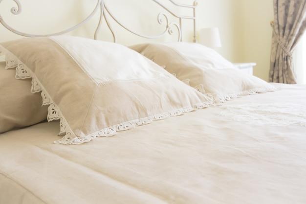 Habitación doble dormitorio y almohadas de cerca