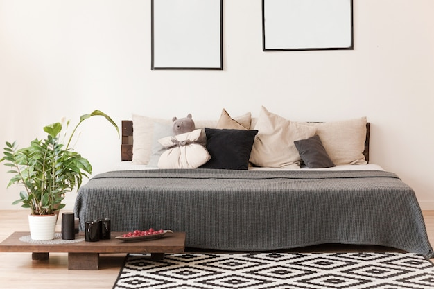 Habitación de estilo escandinavo con cama doble.