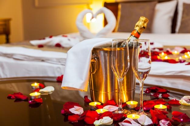 Habitación de hotel para una luna de miel una mesa con un plato de frutas y velas