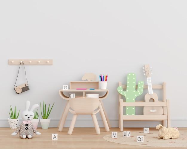 Habitación infantil blanca con juguetes.
