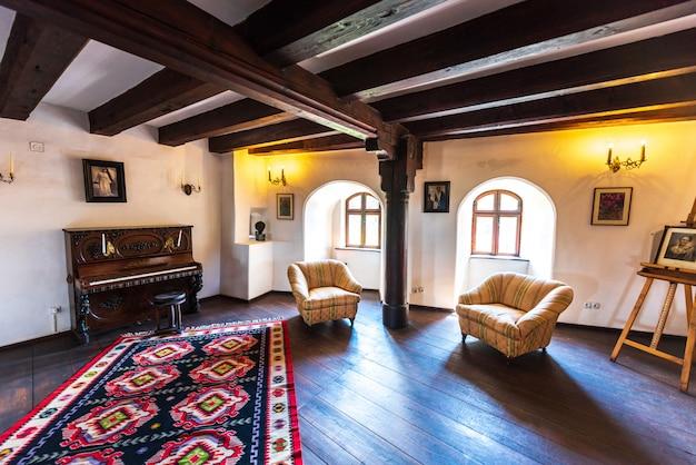 Habitación interior del castillo de bran en brasov