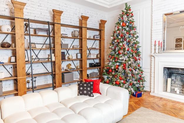 Habitación interior decorada de navidad año nuevo clásico árbol de año nuevo con adornos de plata y adornos rojos