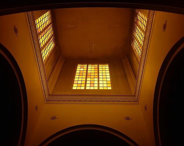 Habitación interior de una iglesia.