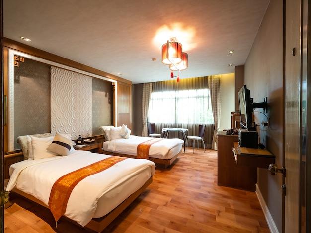 Habitación de lujo con cama con decoración vintage, estilo chino,