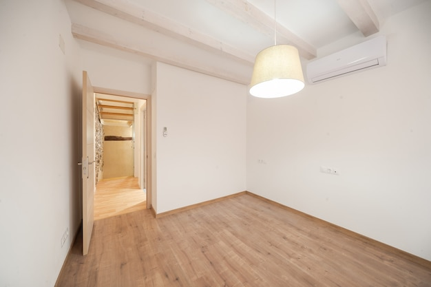 Habitación luminosa y vacía de una casa moderna