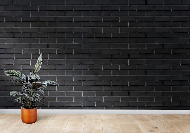 Habitación con una pared de ladrillo negro.