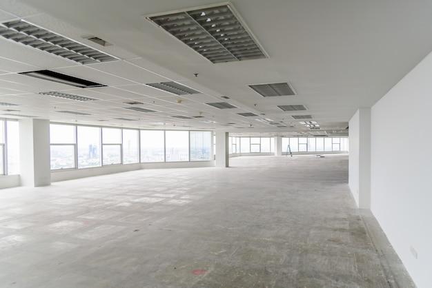 La habitación está en proceso de renovación o en construcción.