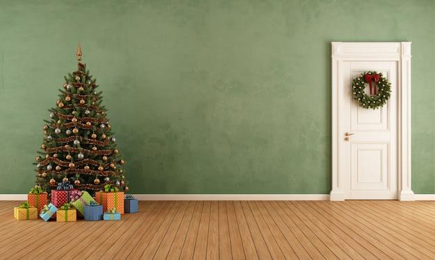 Habitación vieja con árbol de navidad