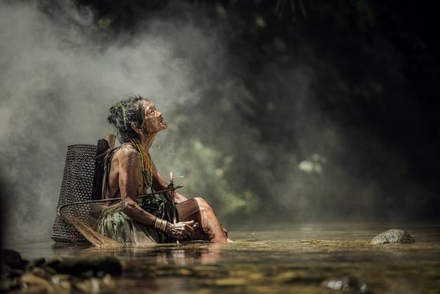 Habitantes indígenas étnicos de las islas en muara siberut en west sumatra, isla de siberut, indonesia.