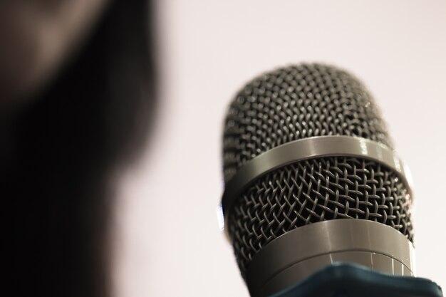 Habla de negocios inteligentes y hablando con micrófonos en la sala de seminarios