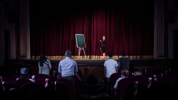 Hablando con estudiantes oradora dando una presentación en el salón del centro de negocios del taller