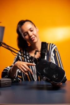 Hablando de tecnología de juegos que muestra auriculares vr.