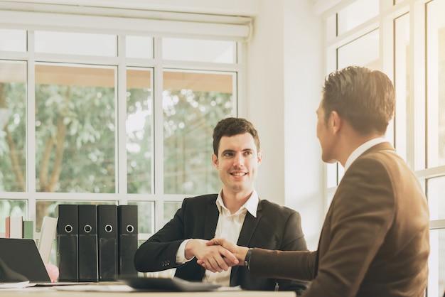 Hacer un apretón de manos para un plan o trato comercial exitoso