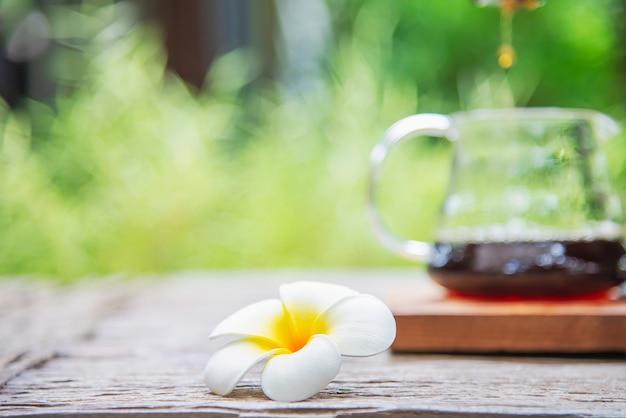 Hacer café por goteo en una cafetería vintage con jardín verde naturaleza