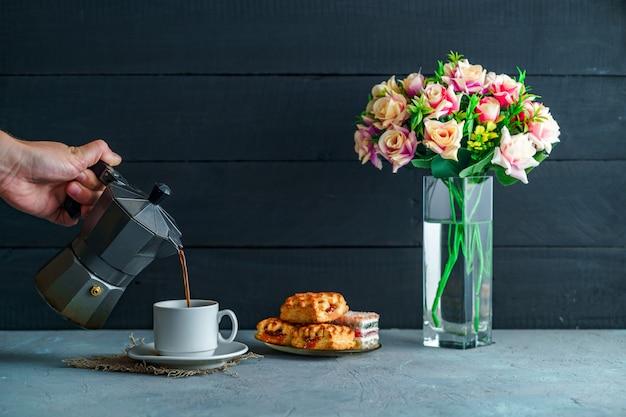Hacer café moca usando una olla moka para la hora del café