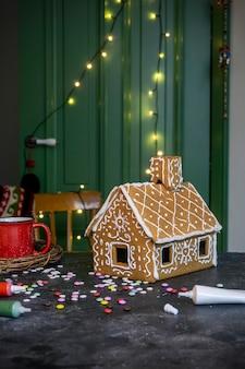Hacer casa de pan de jengibre de navidad. tradicional navidad para hornear y galletas.