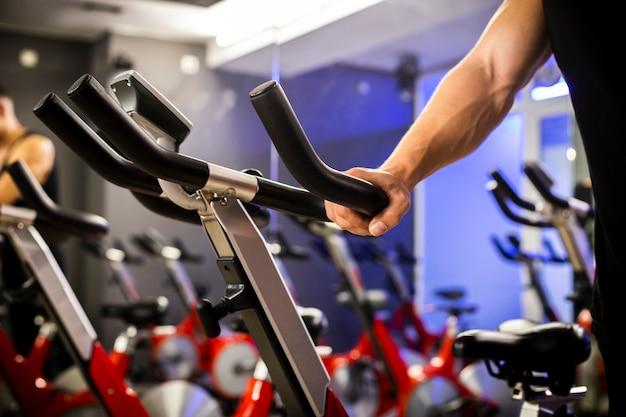 Hacer ejercicio en la bicicleta estática