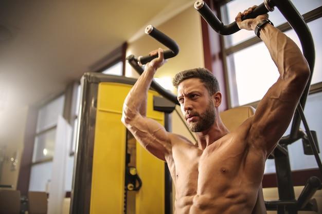 Hacer ejercicio en un gimnasio