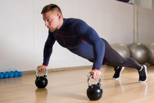 Hacer ejercicio con pesas rusas