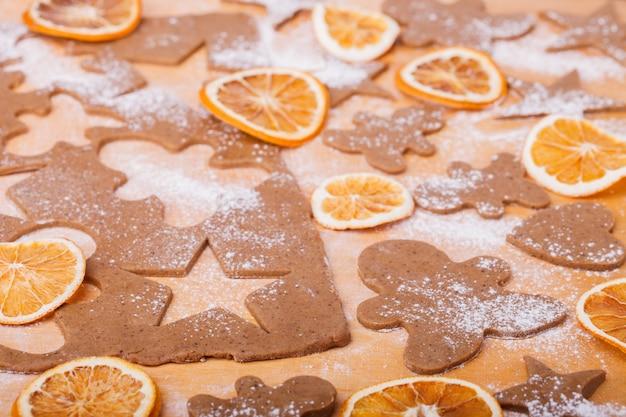 Hacer galletas de jengibre. fondo de navidad para hornear