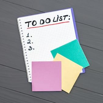 Para hacer una lista de páginas de papel en la superficie de la mesa de escritorio de madera con espacio de copia