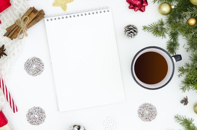 Hacer lista de tareas para el nuevo año. cuaderno entre decoraciones de año nuevo.