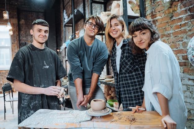 Hacer una olla de barro hecha a mano. lección de cerámica con el maestro.