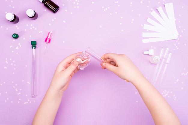 Hacer perfumes en casa. las manos de los niños hacen perfume