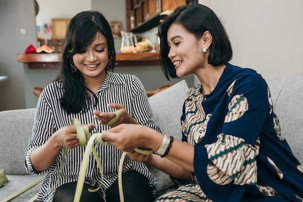 Hacer el tradicional ketupat o pastel de arroz