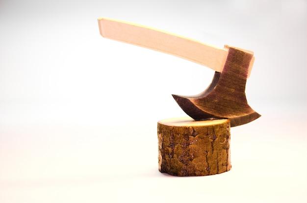 Hacha clavada en tronco